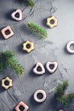 De feestelijke sparren van het achtergrond kleurrijke bevroren koekjestakje Royalty-vrije Stock Fotografie