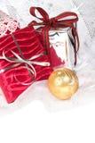 De feestelijke verpakte giften van Kerstmis Stock Afbeeldingen