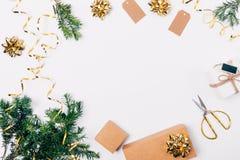 De feestelijke vlakte legt samenstelling van de dozen van Kerstmisgiften stock afbeeldingen