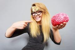 De femme étrange tenant le cerveau ayant l'idée photo libre de droits