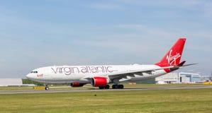` De femme de Honkytonk de ` de Virgin Atlantic A330-200 commençant à décoller à l'aéroport de Manchester Photos libres de droits