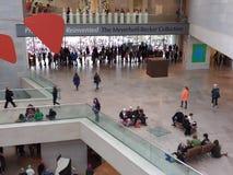 ` De femmes s mars de l'intérieur du National Gallery d'Art East Building, Washington, C.C, Etats-Unis Photos libres de droits