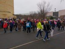 ` De femmes s mars sur Washington, protestataires arrivant près du Musée National de l'Indien d'Amerique, Washington, C.C, Etats- Photographie stock