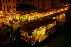 ` de Ferrovia del ` de la parada del Agua-autobús en la noche Fotos de archivo