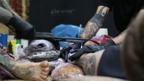 De festivaldeelnemer maakt tatoegeringen stock footage