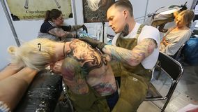 De festivaldeelnemer maakt tatoegeringen stock video