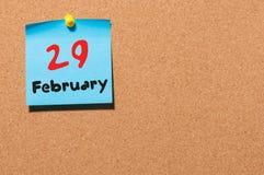 29 de fevereiro Calendário para 29 februar no fundo do quadro de mensagens da cortiça Espaço vazio Ano de pulo, dia intercalar Imagem de Stock Royalty Free