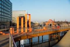 18 de fevereiro de 2019 Cidade de Copenhaga, Dinamarca Terraplenagem de madeira Kalvebod Bruges perto do rio Arquitetura da cidad imagens de stock royalty free