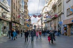 25 de fevereiro de 2017 - Belgrado, Sérvia - rua de Knez Mihailova no centro de Belgrado, completo dos povos Imagem de Stock