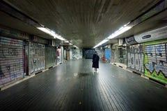 27 de fevereiro de 2017 - Belgrado, Sérvia - uma mulher que anda em uma passagem subterrânea em Belgrado Fotografia de Stock Royalty Free