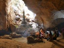 4 de fevereiro de 2017, caverna de Saddan, Hpa-an Myanmar - rezando povos mim imagens de stock