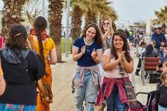 - 20 de fevereiro de 2017: Meninas felizes que aplaudem as mãos Fotografia de Stock Royalty Free
