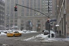 9 de fevereiro de 2017 - New York City, NY: A tempestade Niko do inverno bate New York City Park Avenue cobriu com a neve, na fre Imagem de Stock