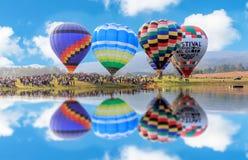 17 de fevereiro de 2017: Os balões de ar quente mostram no parque Chiangrai de Singha Imagens de Stock Royalty Free