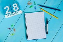 28 de fevereiro Dia 28 do mês, calendário no fundo de madeira inverno no conceito do trabalho Espaço vazio para o texto Imagem de Stock