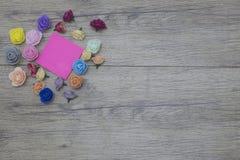 14 de fevereiro Flores no fundo de madeira 2018 pregos do dia de são valentim e etiqueta com espaço da cópia para o texto Fotos de Stock