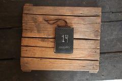 14 de fevereiro ideia do dia de Valentim, etiqueta na tabela de madeira Foto de Stock