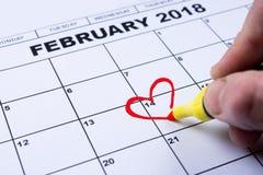 14 de fevereiro de 2018 no calendário, dia do ` s do Valentim, coração do feltro do vermelho Fotos de Stock Royalty Free