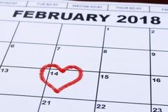 14 de fevereiro de 2018 no calendário, dia do ` s do Valentim, coração do feltro do vermelho Imagem de Stock