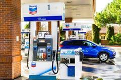 3 de fevereiro de 2019 Sunnyvale/CA/EUA - posto de gasolina de Chevron na área de San Francisco Bay do sul imagens de stock royalty free