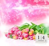 14 de fevereiro, tulipas amarelas cor-de-rosa para o dia do ` s do Valentim Fotografia de Stock Royalty Free