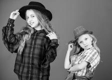 De fick stor stil Sm? gulliga modemodeller Trendiga barn i modekl?der och tillbeh?r Liten flicka arkivfoton
