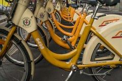 De fiets die van Milaan de dienst delen stock afbeelding
