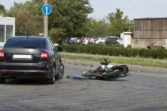 De fiets en de auto van neerstortingsmoto op weg stock fotografie