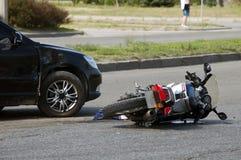 De fiets en de auto van neerstortingsmoto op weg Stock Foto