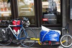 de fiets is gebonden op straat met originele Fietsaanhangwagen Fietszak stock foto