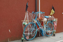 De fiets is in het centrum van Caorle, Italië Stock Foto's