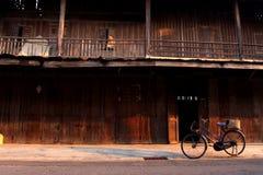 De fiets infornt van het oude blokhuis Royalty-vrije Stock Afbeeldingen