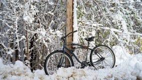 De fiets propped op telefoonpool stock afbeeldingen