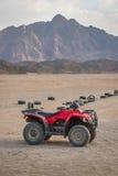 De fiets van de Atvvierling in de woestijn Stock Foto's