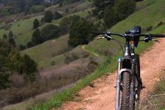 De fiets van de berg op een sleep Stock Foto's