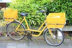 De fiets van de post stock afbeeldingen