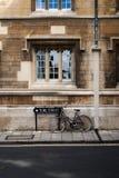 De fiets van de student die in Oxford wordt geparkeerd Stock Afbeelding