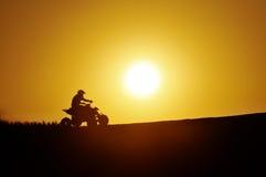 De fiets van de vierling in de zonsondergang Stock Afbeeldingen