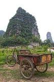 De fiets van het vervoer in een Chinees landschap royalty-vrije stock afbeeldingen