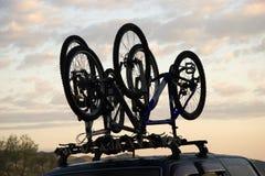 De fiets van sporten over jeep stock foto