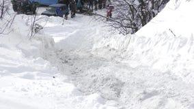 De fiets van de sportenvierling beklimt de sneeuwberg stock videobeelden