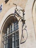 De fiets van de straatkunst op een muur Royalty-vrije Stock Foto's