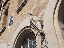 De fiets van de straatkunst op een muur Royalty-vrije Stock Afbeeldingen