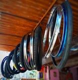 De de de fietsbanden, buizen en Randen hangen op een Decoratieve Manier stock fotografie