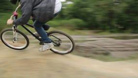 De fietsbmx concurrentie twee ruiters op fietsenras tegen tijd stock footage