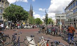 De Fietsen en de Autopedden van Amsterdam Stock Afbeeldingen