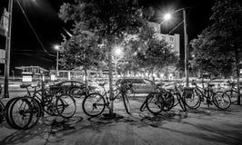 De fietsen in de stad sloten omhoog voor de avond stock afbeeldingen