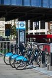 De fietsen van Barclays voor huur, Londen, het UK Stock Afbeelding