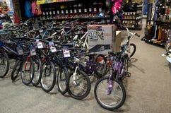 De fietsen van de fietsenfiets in sportopslag royalty-vrije stock afbeeldingen