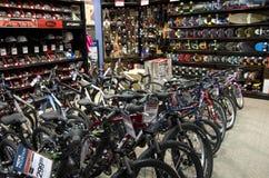 De fietsen van de fietsenfiets in sportopslag royalty-vrije stock foto's